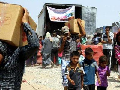 Iraqis_fleeing_violence_recieve_aid