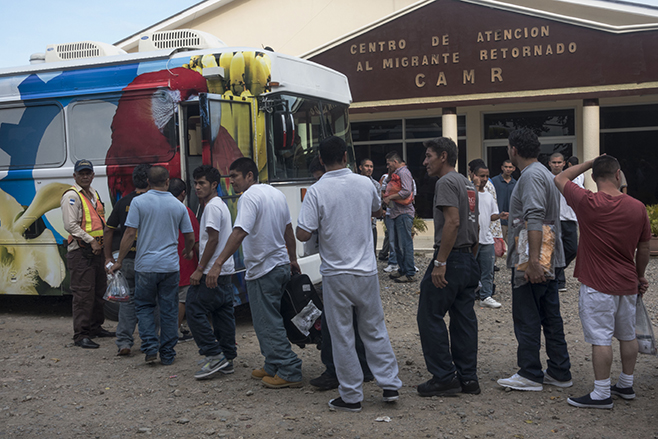 Returned migrants board a bus to Tegucigalpa in front the Center for Returned Migrants, San Pedro Sula airport, Honduras, September 2014. © 2014 Stephen Ferry for Human Rights Watch