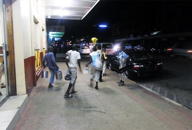 Getting ready for the night - Street children in Bulawayo (Zimbabwe)