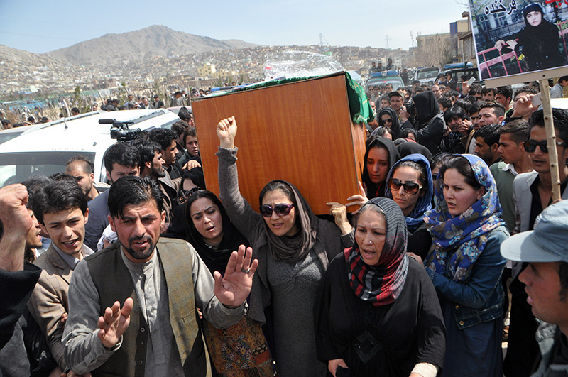 Women carrying the coffin of Farkhunda to the graveyard.