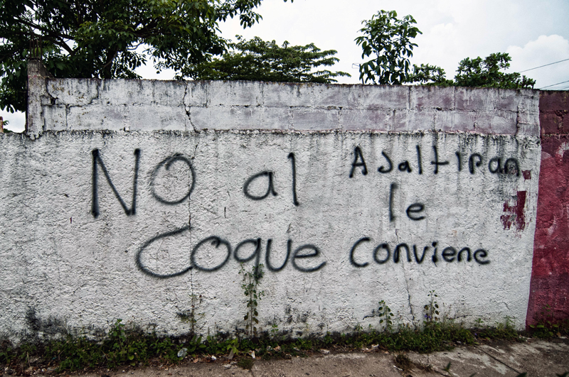 Graffiti in Jaltipan against the coke storage facility: \'No to coke, it isn\'t convenient for Jaltipan\'.