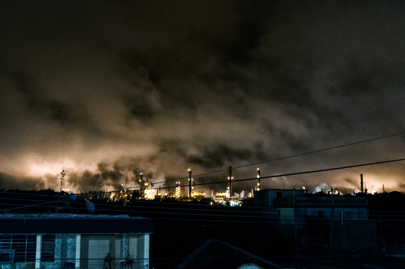 The glare produced by the burners of the plant chimneys is seen from several kilometers away at night.
