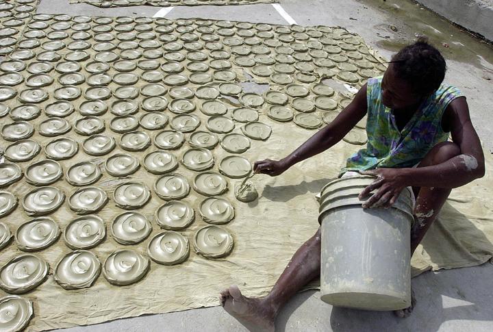 haitians-eat-mud-cakes