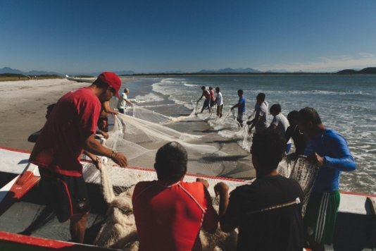 Fishermen working on Ilha do Mel, where the port's pollution can affect this economic activity